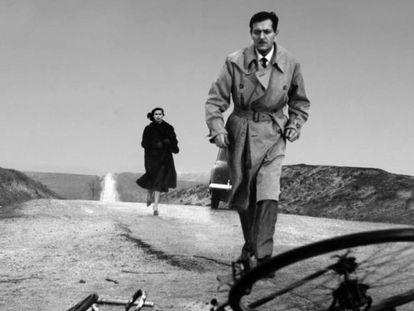 Alberto Closas y al fondo Lucía Bosé en una escena de la perturbadora 'Muerte de un ciclista'.