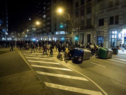 Los manifestantes montan una barricada en medio de una de las avenidas principales de Girona en protesta contra el encarcelamiento de Pablo Hasél.