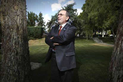 Stefano Manservisi, director general de Cooperación de la Comisión Europea en los jardines de la Moncloa.