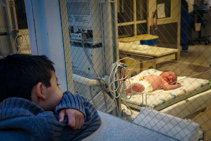 Los padres deben ayudar a los hermanos mayores a participar en el cuidado del recién llegado.