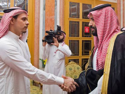 El príncipe Mohamed Bin Salmán (derecha) saluda a Saleh, uno de los hijos de Khashoggi.