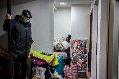 Juan Antonio Herranz, 76 años, amigo de la familia desahuciada y portavoz de la Coordinadora de Madrid en Defensa de las Pensiones, cuida las cosas después del desahucio esperando que llegue Maite para llevárselas.