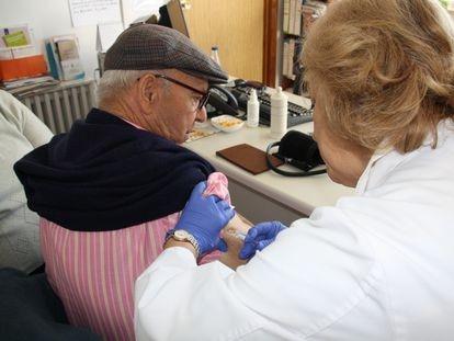 Un hombre se vacuna contra la gripe.