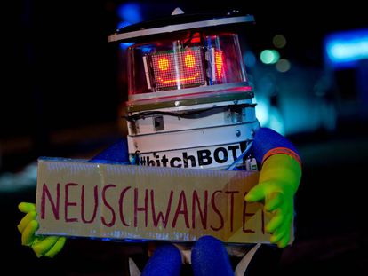 El robot hitchBOT haciendo autostop hacia Neuschwanstein (Baviera) en Munich en 2014