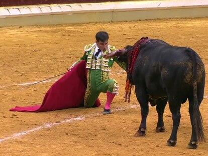 Desplante de Gómez del Pilar ante su primer toro.