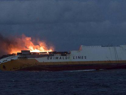 El buque italiano 'Grande America', en llamas el pasado martes, en una imagen cedida por la Marina francesa.