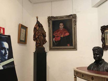 Algunas de las piezas de la exposición de Carles Recio, con un busto y un cuadro de él mismo. En vídeo, declaraciones de Carles Recio.
