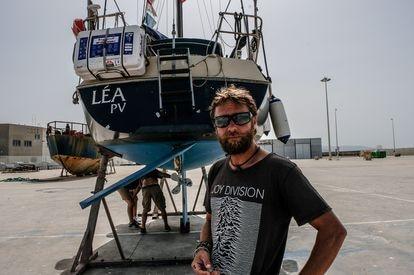 Alric Rouch, víctima de un ataque de orcas, ante su barco en el puerto de Barbate.