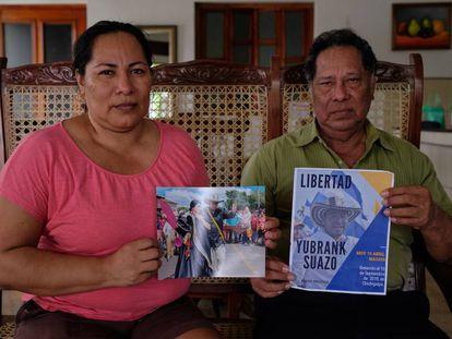 Fátima y Wilfredo Suazo, hermana y padre del preso Yubrank Suazo, en su casa.
