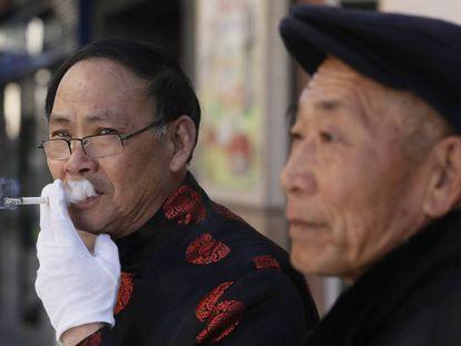 Dos ciudadanos de origen chino, ayer, en el barrio de Usera.
