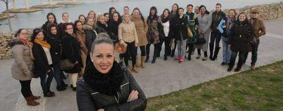 Raquel Saavedra, en primer plano, junto a mujeres aspirantes a estibadoras en el puerto de Algeciras.