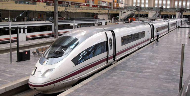 Tren de alta velocidad de Renfe en la estación de Zaragoza.