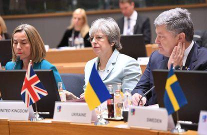 Desde la izquierda, la alta representante para la Política Exterior de la Unión Europea, Federica Mogherini, la primera ministra británica, Theresa May y el presidente ucraniano, Petro Poroshenko este noviembre en Bruselas.