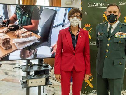 La directora general de la Guardia Civil, María Gámez, y el general jefe de la IV zona Andalucía, Alfonso Rodríguez, este miércoles en Sevilla.