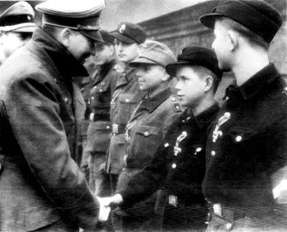 La última foto de Hitler antes de su suicidio, en un acto con miembros de las Juventudes Hitlerianas condecorados en el exterior del búnker de la Cancillería.