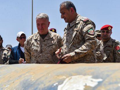 El príncipe Fahd Bin Turki Bin Abdulaziz al Saud, en primer plano, junto al general estadounidense Kenneth McKenzie, en 2019 en la base militar de Al-Kharj, en Arabia Saudí.