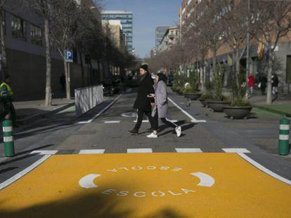 Entorno de la escuela Grèvol de Barcelona, con señalización que advierte de la proximidad del centro.