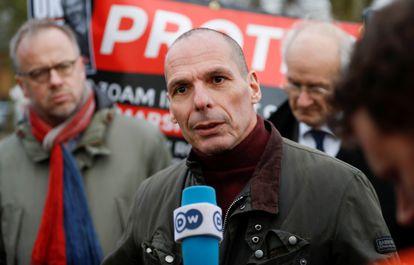 Yanis Varoufakis, tras visitar a Julian Assange en prisión, el pasado febrero en Londres.