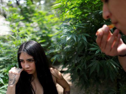 Consumidores de marihuana, junto al edificio del Senado de México en septiembre de 2020.