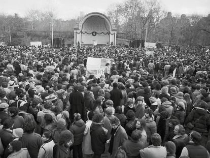 Vigilia por el asesinato de John Lennon en Central Park en diciembre de 1980.