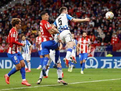Suárez marca de cabeza el primer gol del Atlético ante la Real Sociedad.