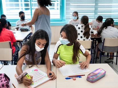 Dos alumnas, este viernes, en clase de matemáticas en el colegio público Les Arts, en Valencia.