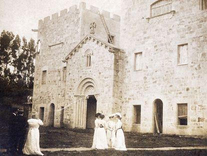 Emilia Pardo Bazán, de blanco a la izquierda, con acompañantes en una visita a las obras de construcción de Meirás.