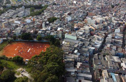Un grupo de voluntarios reparte ayuda a la población de Heliópolis, la mayor favela de São Paulo, en Brasil.