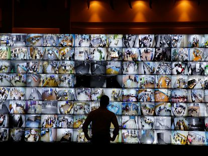 Un hombre observa una pantalla que muestra centros de votación de Rusia en la sede de la Comisión Central Electoral, el domingo.