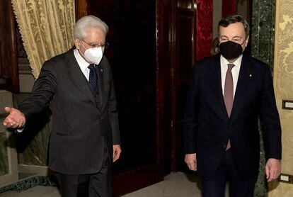 El presidente italiano, Sergio Mattarella (izquierda), recibe al futuro primer ministro, Mario Draghi, en el palacio del Quirinal este viernes.