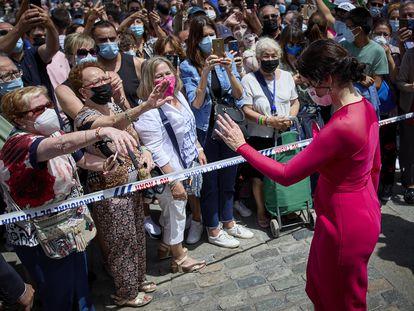 La presidenta de la Comunidad de Madrid, Isabel Díaz Ayuso, saluda a sus fans, a su salida del acto de toma de su posesión, en la Real Casa de Correos de la Puerta del Sol.