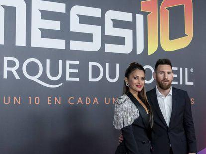 Lionel Messi con su esposa, Antonella Roccuzzo, en el estreno del espectáculo.