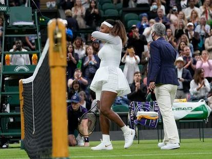 Serena Williams se retira de la central de Wimbledon llorando.
