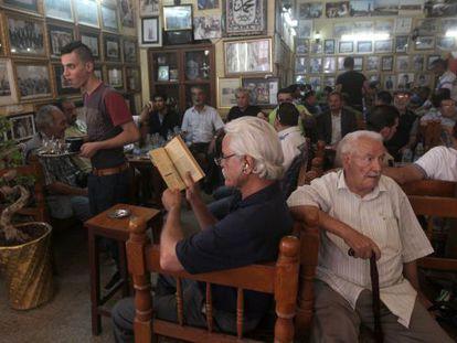 Interior del café Shahbandar, en Bagdad, centro de reunión de intelectuales y artistas.