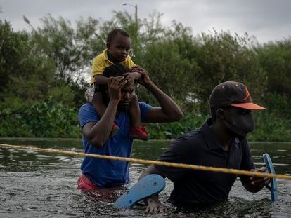 Migrantes haitianos cruzan el río Bravo desde Ciudad Acuña (México) hacia Del Río (Texas), este martes.