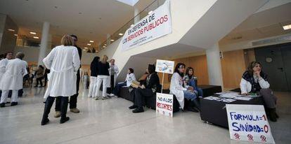 Trabajadores del hospital La Fe, durante el encierro de protesta.