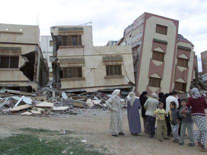 Un terremoto en 2004 causó 564 en Marruecos. En la imagen habitantes de Imzuren, ante varios edificios gravemente dañados por el temblor.