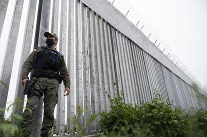 Un policía griego junto a la nueva valla levantada en la frontera terrestre con Turquía, este viernes.