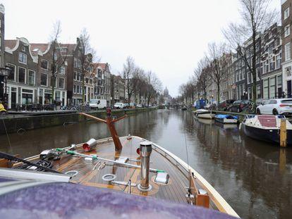 Un barco navega por un canal de Ámsterdam en marzo del año pasado.