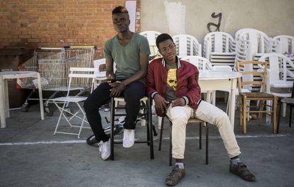Dos menores que esperan para cruzar a Francia en la parroquia de Ventimiglia.