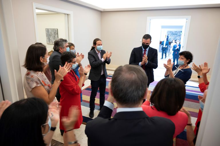 El presidente del Gobierno, Pedro Sánchez, y los miembros de su gabinete aplauden a su llegada a la reunión del Consejo de Ministros tras el acuerdo alcanzado entre los líderes de la Unión Europea para poner en marcha un plan de reconstrucción económica.