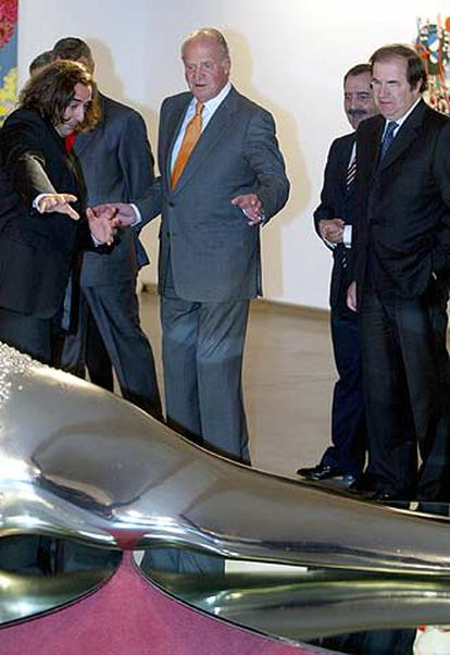 Javier Panera muestra al rey Juan Carlos la pieza de Javier Pérez <i>Mutaciones IV</i> en el Domus Artium 2002 (DA2).