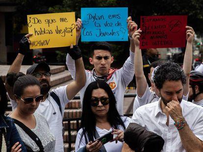 Manifestantes frente al hospital San Ignacio, en Bogotá.