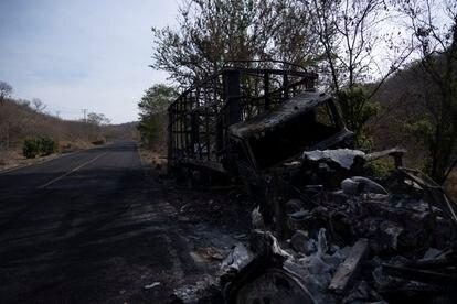 La carretera que une Apatzingan con Aguililla, en Michoacán, fue bloqueada con barricadas y retenes por los diferentes grupos delictivos que se  disputan ese territorio.