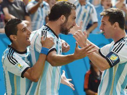 Di María, Higuaín y Messi celebran la clasificación.