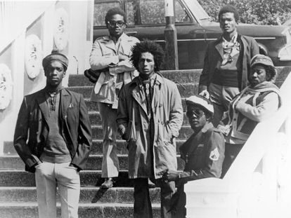 La formación en directo The Wailers en 1973 en Londres. De izquierda a derecha Peter McIntosh 'Tosh', Aston 'Family Man' Barrett, Bob Marley, Earl 'Wire' Lindo, Carlton 'Carly' Barrett y Neville 'Bunny' Livingstone.