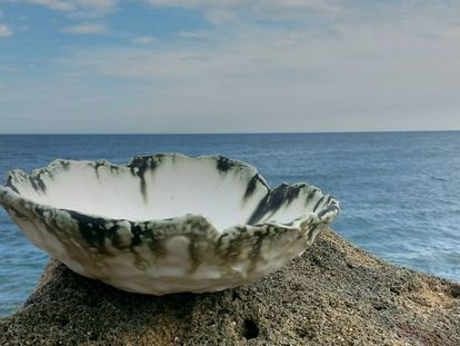 """Isabel Companys combina los motivos marinos con técnicas extremadamente delicadas, como la de esta pieza hecha con una pasta de papel y porcelana: """"El papel se quema durante la cocción dejando una textura aterciopelada""""."""