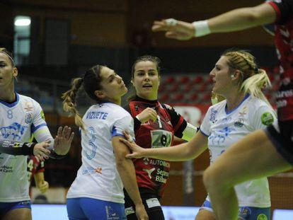 La internacional Ainhoa Hernández (c), con su equipo, el Zuazo, ante el Tenerife.