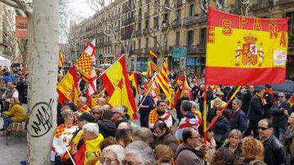 Manifestantes contrarios a la independencia de Cataluña.