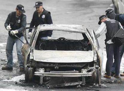 Vehículo afectado por el atentado del pasado lunes contra un escolta en Bilbao.
